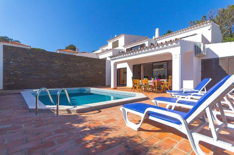 Villa private pool, free SKY TV, WiFi & A/C in tranquil location of Vale do Lobo, alquiler vacacional en Vale do Lobo