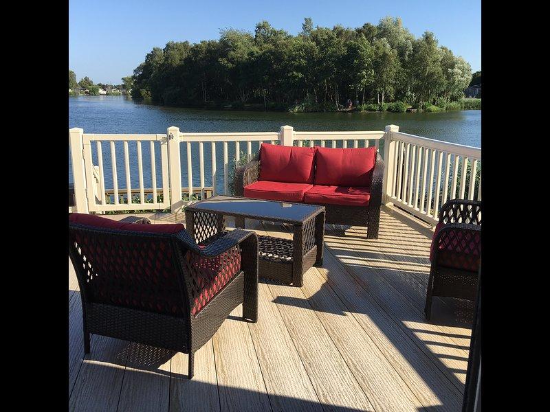 Outdoorloungesuite op het terras met uitzicht op het meer