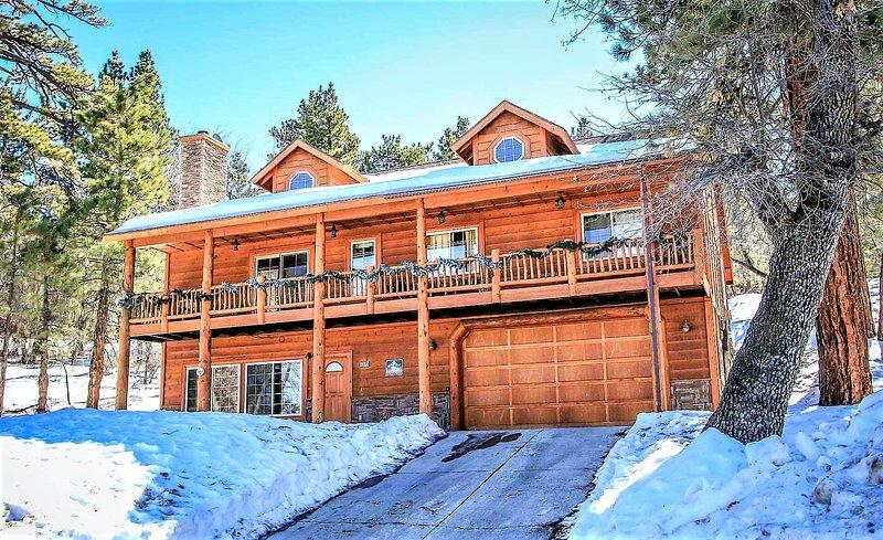 Bear Creek Lodge | Moonridge Log Cabin | Pool Table | Wet Bar | Hot Tub | Pets O, vacation rental in Big Bear City