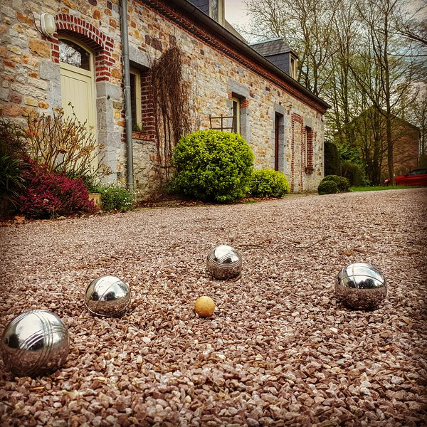 Game of bowls before the house. The balls are available on site!