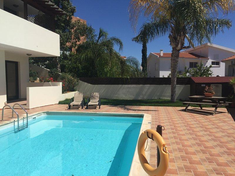 Poolside Split-level Apartment, alquiler vacacional en Oroklini