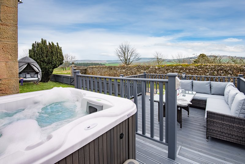 Hot tub, spa-like garden, log burner.., vacation rental in Lowick