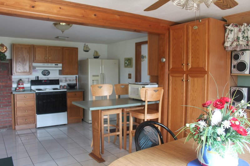 Spacious Fully Equipped Kitchen, Dining Room with Breakfast Bar