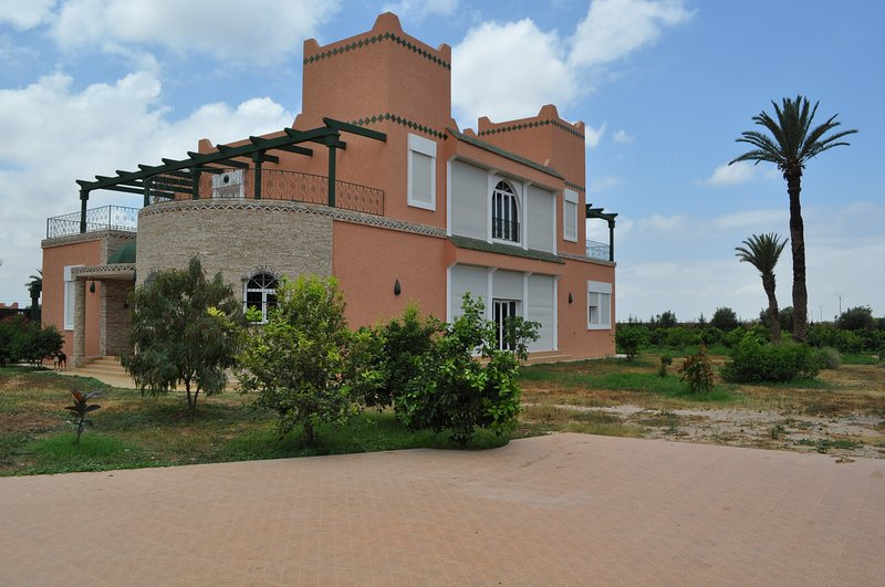 VILLA DANS TERRAIN PRIVE DE 3HA AVEC PISCINE, vacation rental in Ait Iaaza