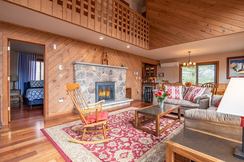 Amplio w / paneles de madera maciza en todo - rústico pero moderno y cargado w / encanto!