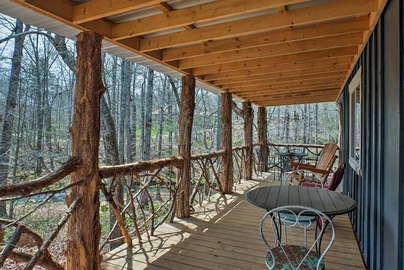 Summerville Cabin w/ Private Creek/Blue Hole!, holiday rental in Armuchee