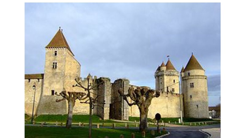 Chateau Blandy is 17.7 km from the rental.