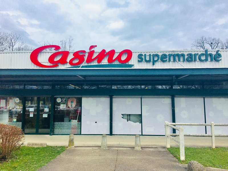 The supermarket is Casino, 5 km from the rental.