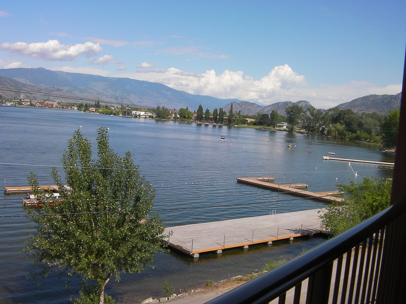 Lakefront  2 Bedroom Penthouse With Spectacular Views (sleeps 6), holiday rental in Osoyoos