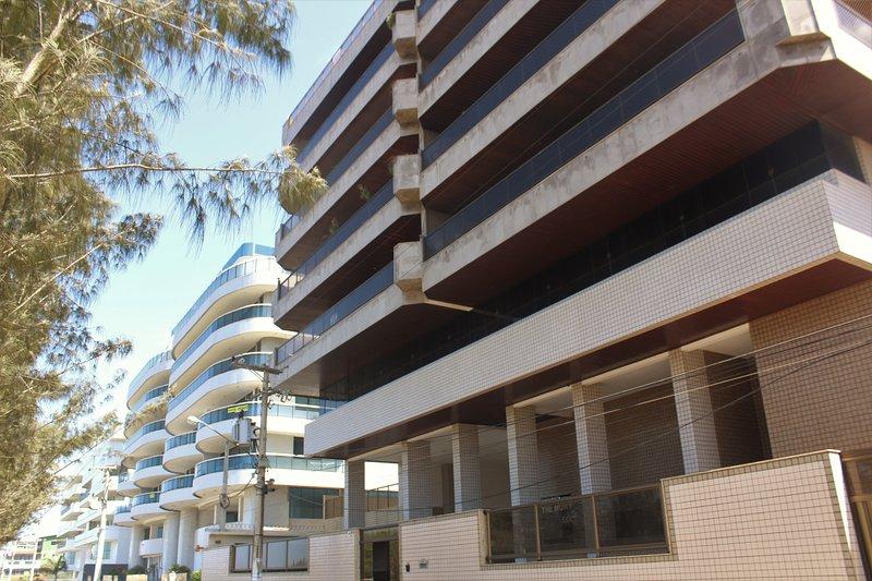 Located in an excellent condominium facing the Sea