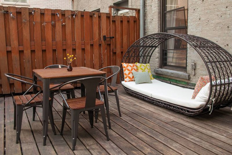 Prime Midtown duplex townhouse with private deck near many NY attractions., vacation rental in New York City