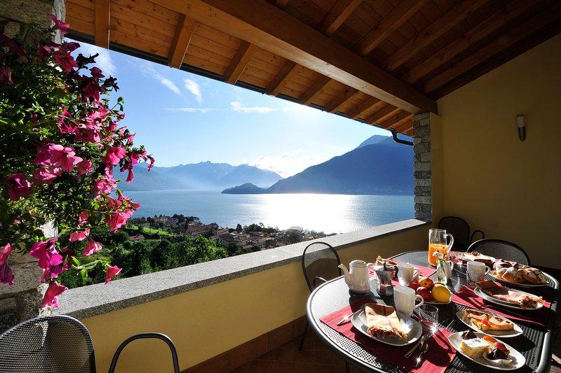 salle à manger en plein air avec vue sur le lac