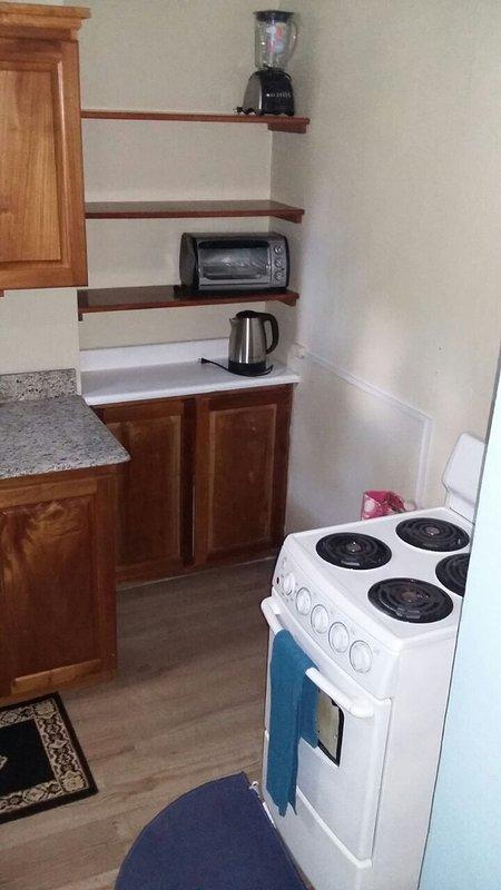 Gama eléctrica con horno tostador y todos los electrodomésticos necesarios