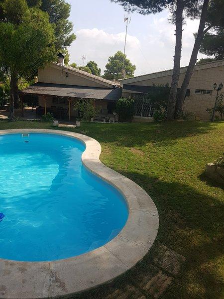 Chalet independiente en Urbanización Altury  Turis  Valencia, holiday rental in Montserrat