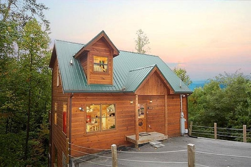 Very FUN yet COZY cabin with a GAME ROOM!, holiday rental in Sevierville