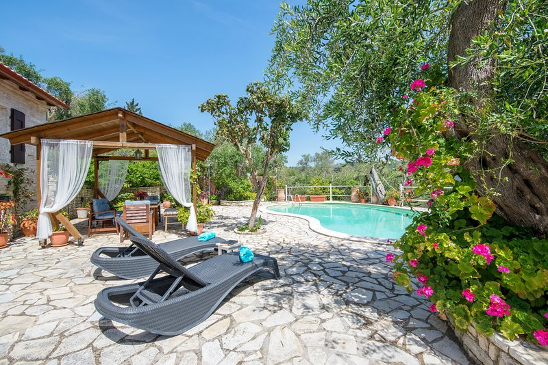 Villa Georgina (Nr Gaios) Sleeps 2-4 with sea views and pool, location de vacances à Gaios