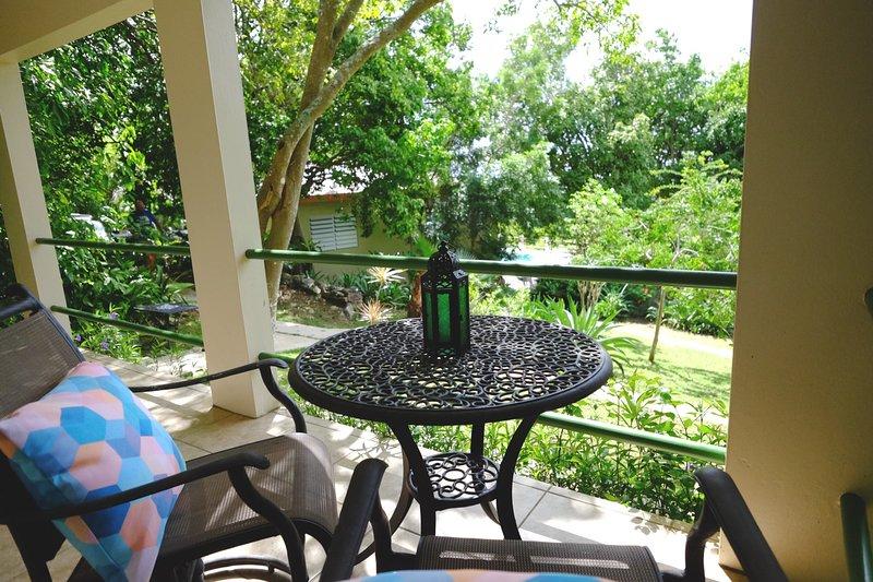 Descansando en la terraza exterior de la Casita Verde