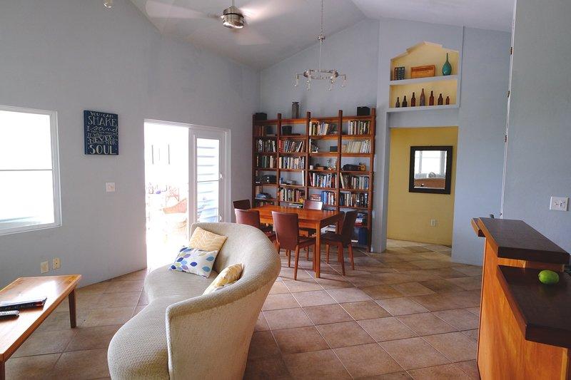 Luminoso y amplio interior de la Casa Limón