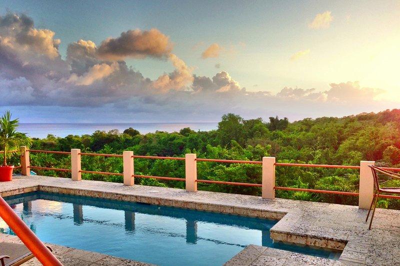 Cócteles en la piscina con la puesta de sol - esta es la vida!