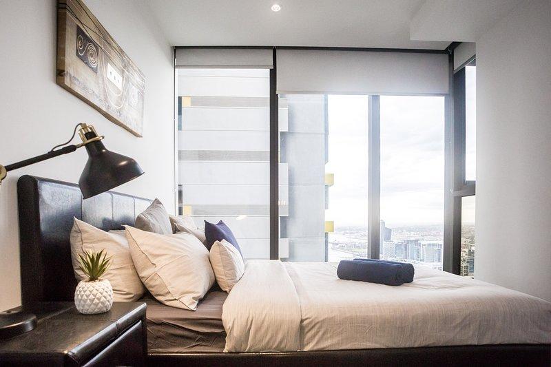 Un dormitorio con una hermosa vista.