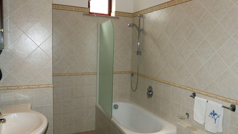Casa Lubrense (26) Cuarto de baño con bañera y ducha de teléfono