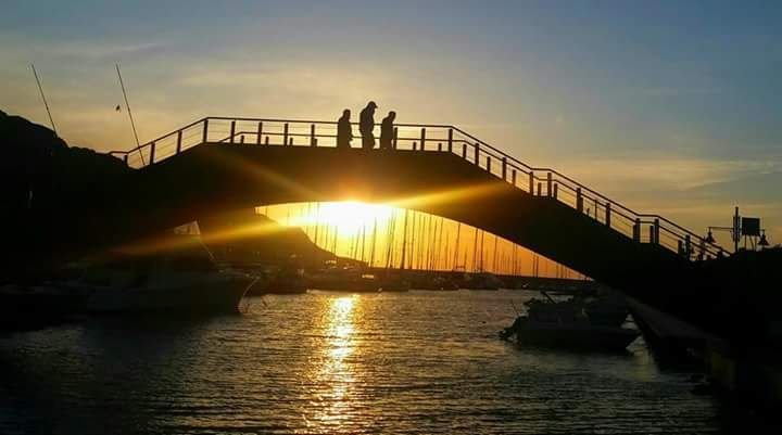 Bron som kommunicerar vägen till hamnen