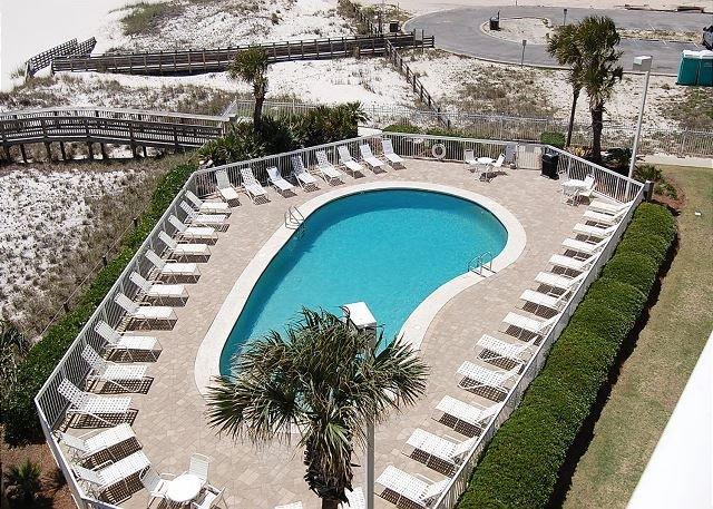 Vista a la piscina desde el balcón