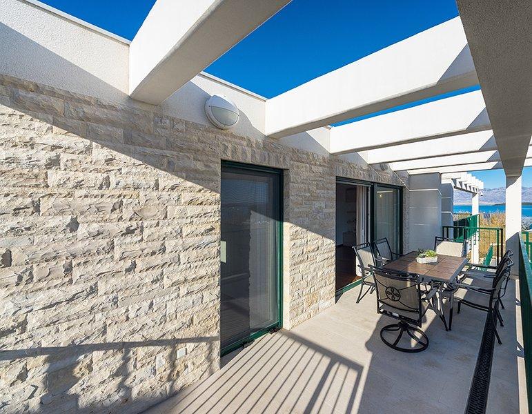 Queen Beach Resort Apartment - A3, vacation rental in Nin