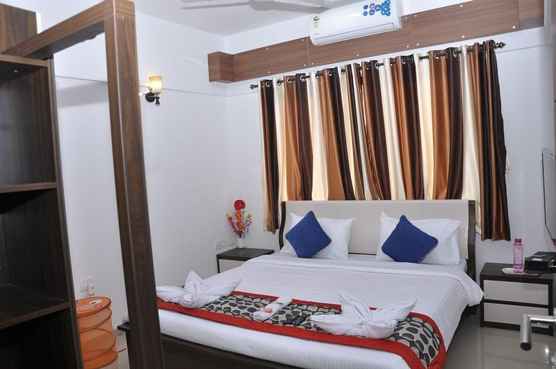 Luxurious Corporate Guest House (B), holiday rental in Vagholi