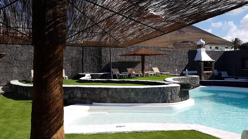 heated pool, barbecue and bar