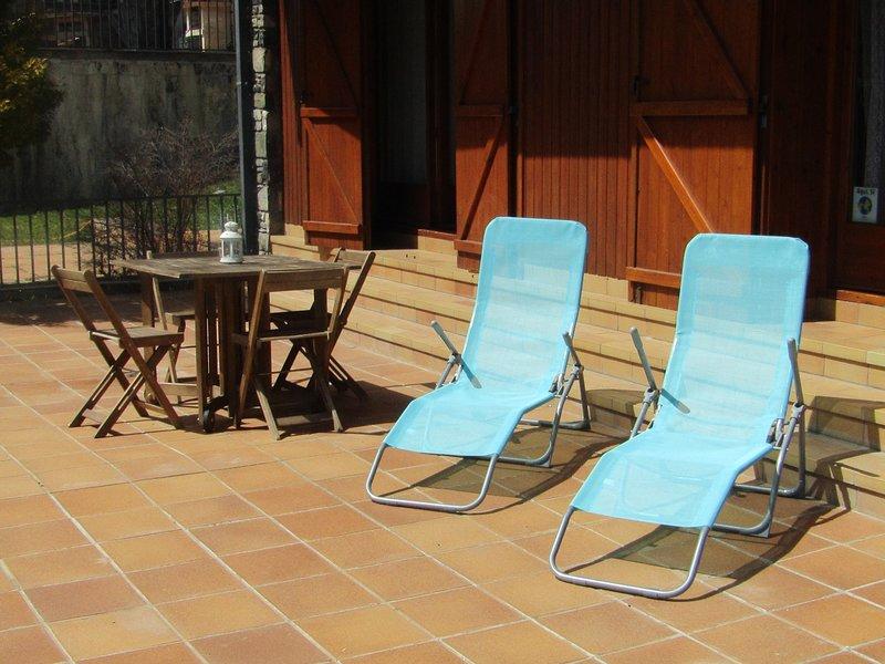 La terraza se alía con el sol en los meses de primavera y verano. Ideal tomar el sol en las hamacas.