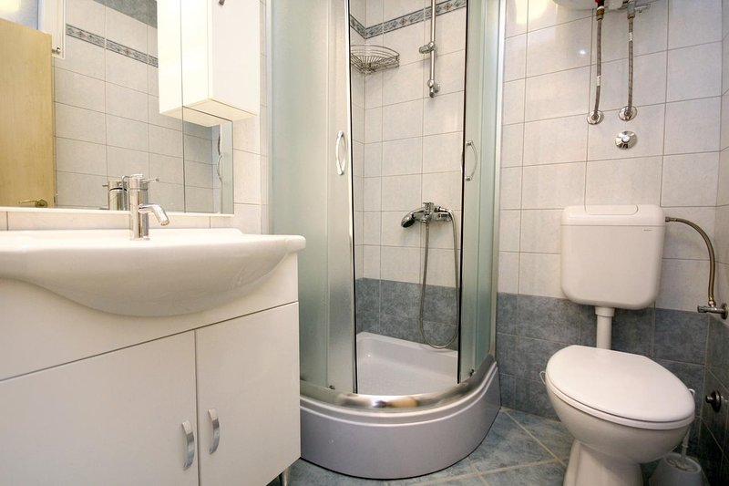 Badezimmer 1, Oberfläche: 3 m²