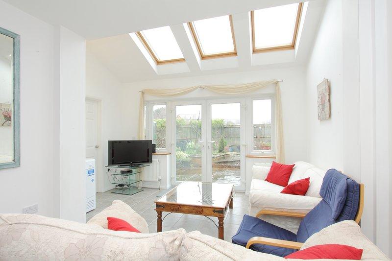 Luminosa sala de estar con TV Virgen y WiFi de alta velocidad
