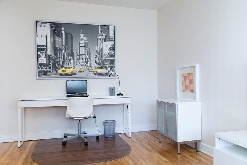 secteur informatique / de bureau mis en place dans le salon.