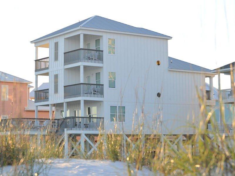 Côté sud de la maison. Il y a 4 balcons privés au large des chambres de maître dont plus de vue sur le golfe dégagée incroyable.