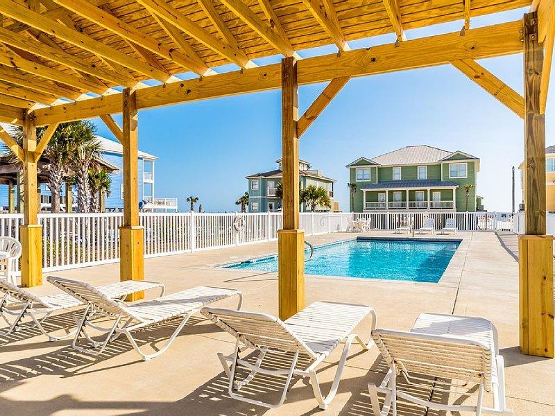 Great Location - Gulf-Front Home w/pool - 'Heavenly Sunrise' - Sleeps up to 14., location de vacances à Orange Beach