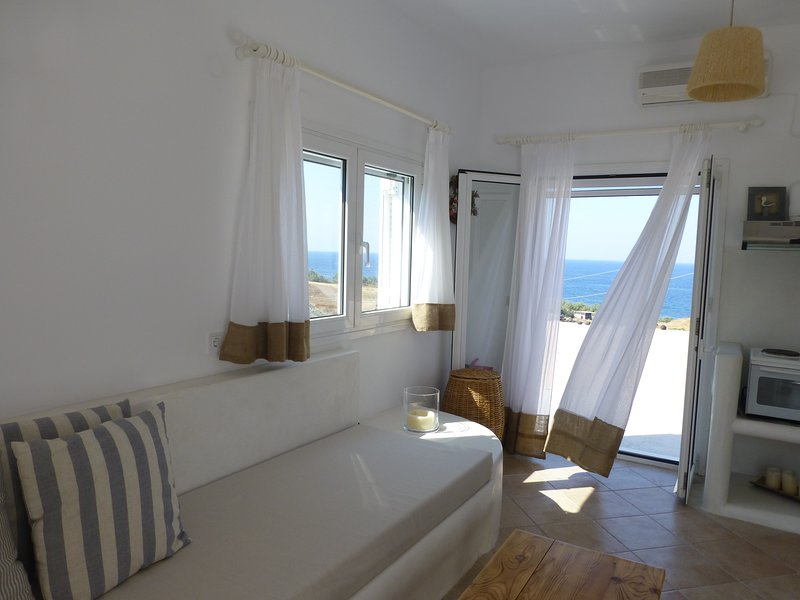Santorini C Villa,  quiet and private, 300 meters from the beach., vakantiewoning in Fira