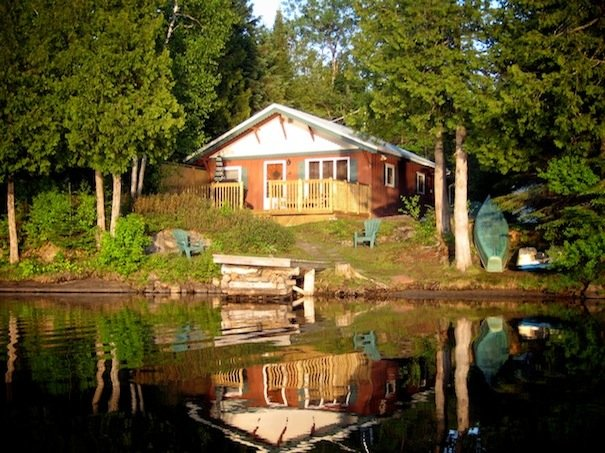 Baleyse Lakefront Cottage Pet-Friendly Laurentians, alquiler vacacional en Pine Hill