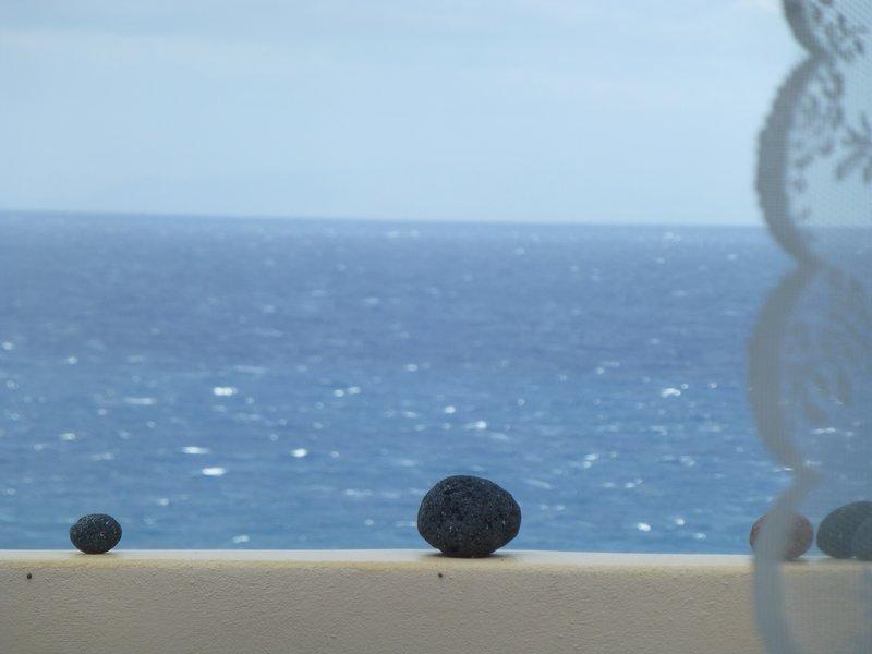 Santorini C Villa,  quiet and private, 300 meters from the beach., location de vacances à Fira