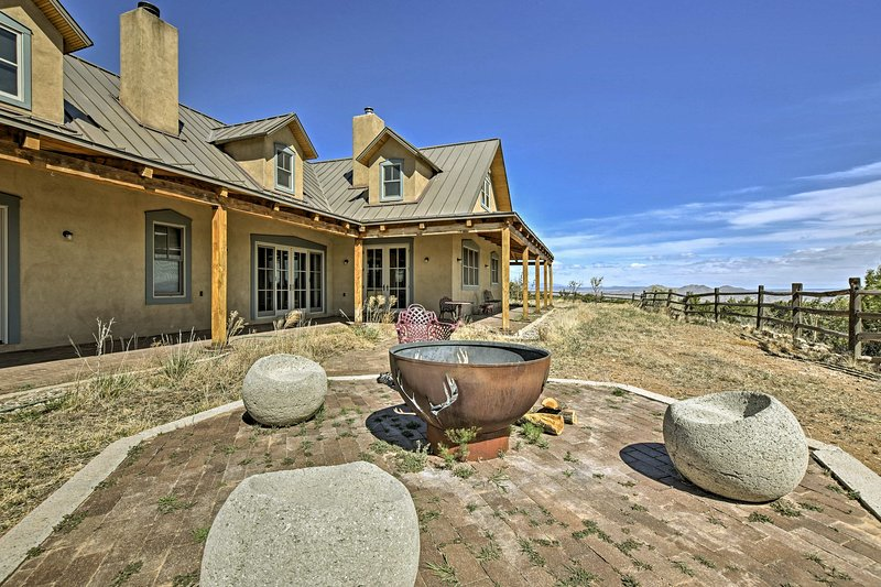 Epic Mountain Estate w/Views - South of Santa Fe!, holiday rental in Galisteo