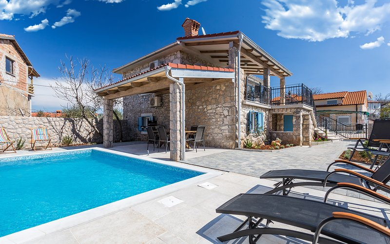 Old Stone House Apartment With A Swimming Pool, vacation rental in Soline