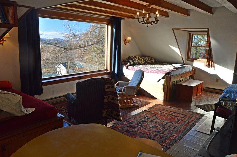 Upstairs Great Room & bild fönster + King Bed (minne madrass) & kaptenens säng