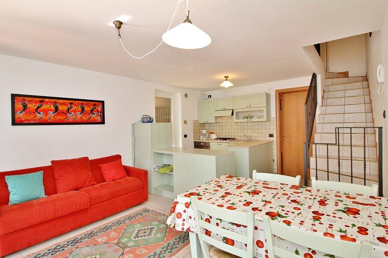 Wohnraum mit offener Küche und Schlafsofa