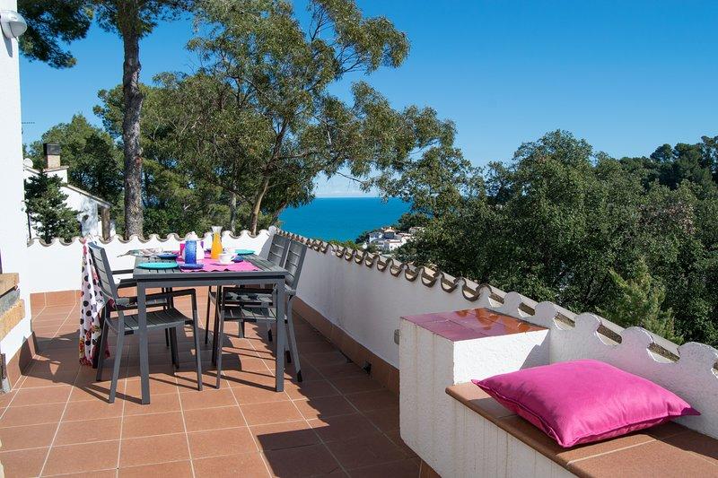 Villa individual con jardín y espléndidas vistas al mar a solo 1 km. desde la playa.