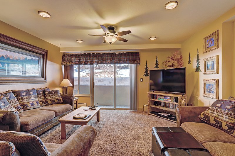 SkyRun Property - 'The Lift C11' - Spacious living room with flat screen TV