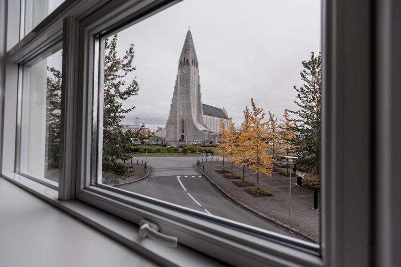 Luxury apartment right in front of Hallgrimskirkja, vacation rental in Reykjavik
