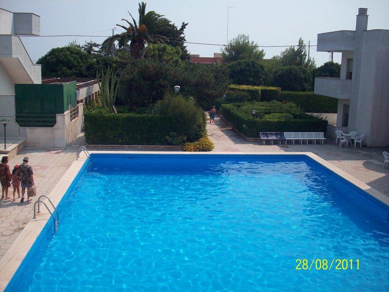 appartamento in residence con piscina privata, Vista mare, vacation rental in Melendugno