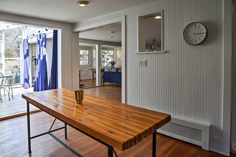 Utilisez la table en bois pour préparer la nourriture ou en sirotant votre café du matin.