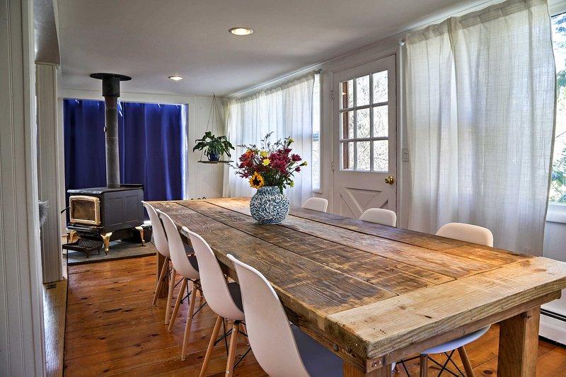 La table rustique de style ferme pour 8 est baigné de lumière naturelle.
