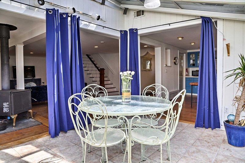 Vous allez adorer le véranda lumineuse avec des sièges de patio et un toit en verre.